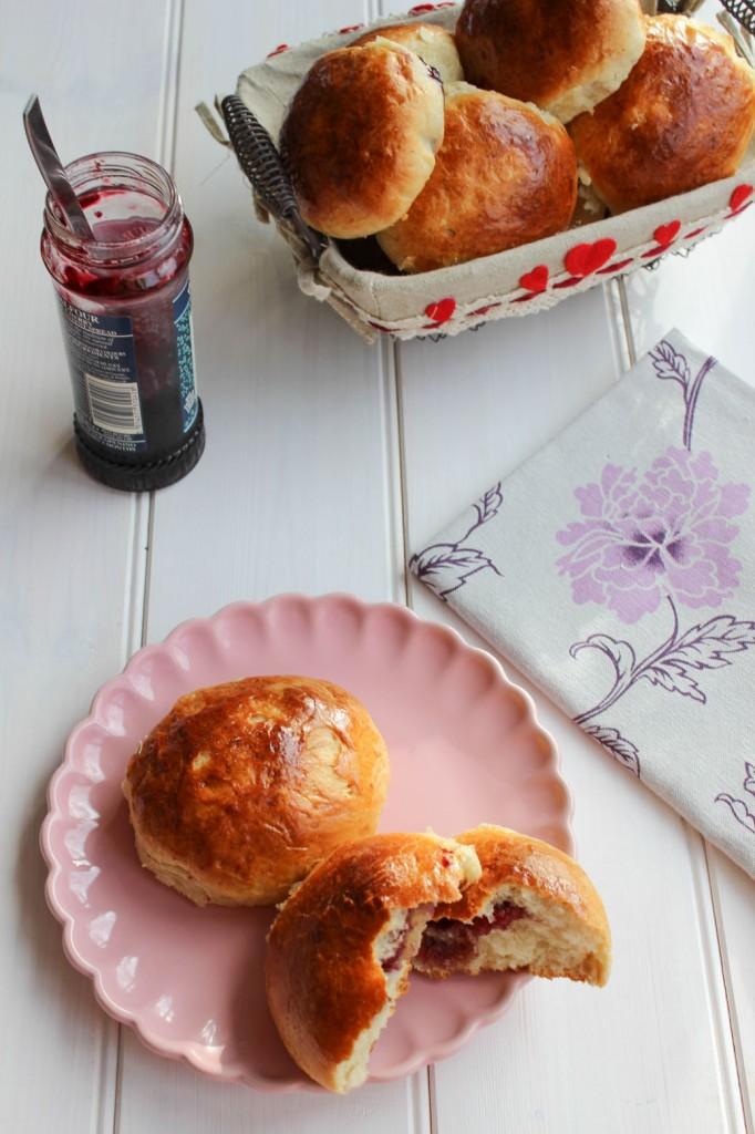 Bułeczki z domowa masa marcepanowa i konfitura czereśniową 2