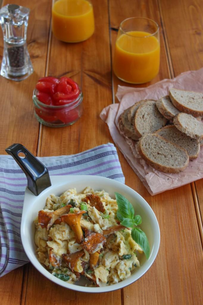Jajecznica z kurkami i bazylia 2