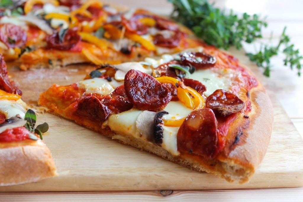 Pizza z chorizo, papryka i pieczarkami 3