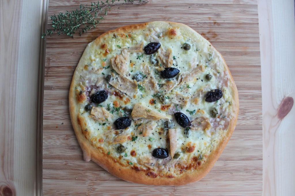 Pizza z tuńczykiem i kaparami 2