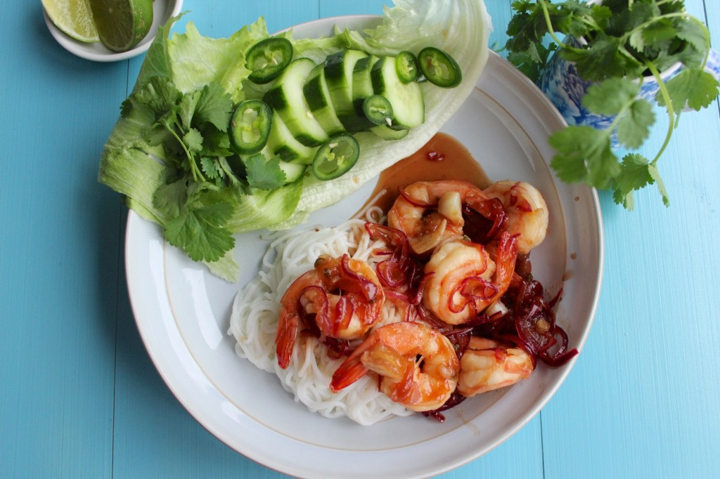 Wietnamskie noodle ryzowe z glazurowanymi krewetkami 1