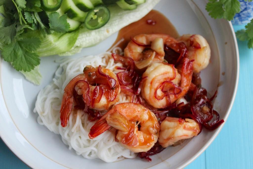 Wietnamskie noodle ryzowe z glazurowanymi krewetkami 2