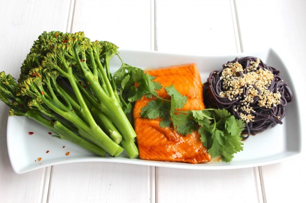 Glazurowany łosoś z sałatką z brokułów i chili 1