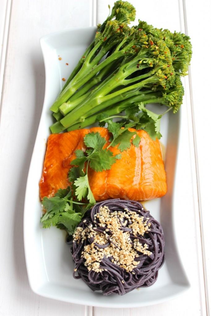 Glazurowany łosoś z sałatką z brokułów i chili 2