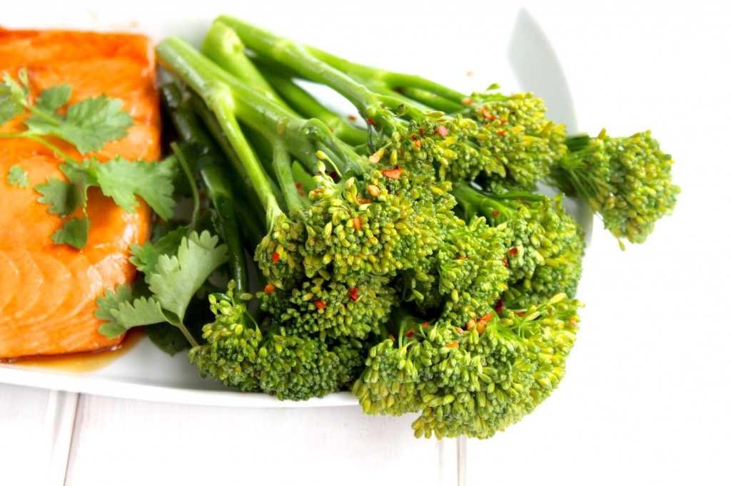 Glazurowany łosoś z sałatką z brokułów i chili 4