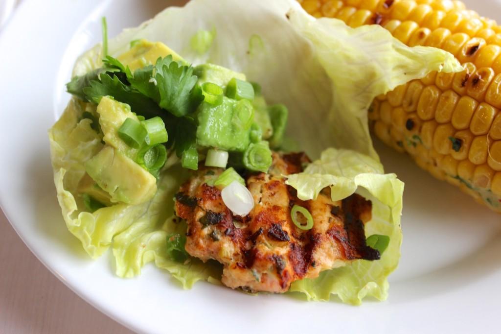 Grillowane burgery z łososia podane z salacie 3