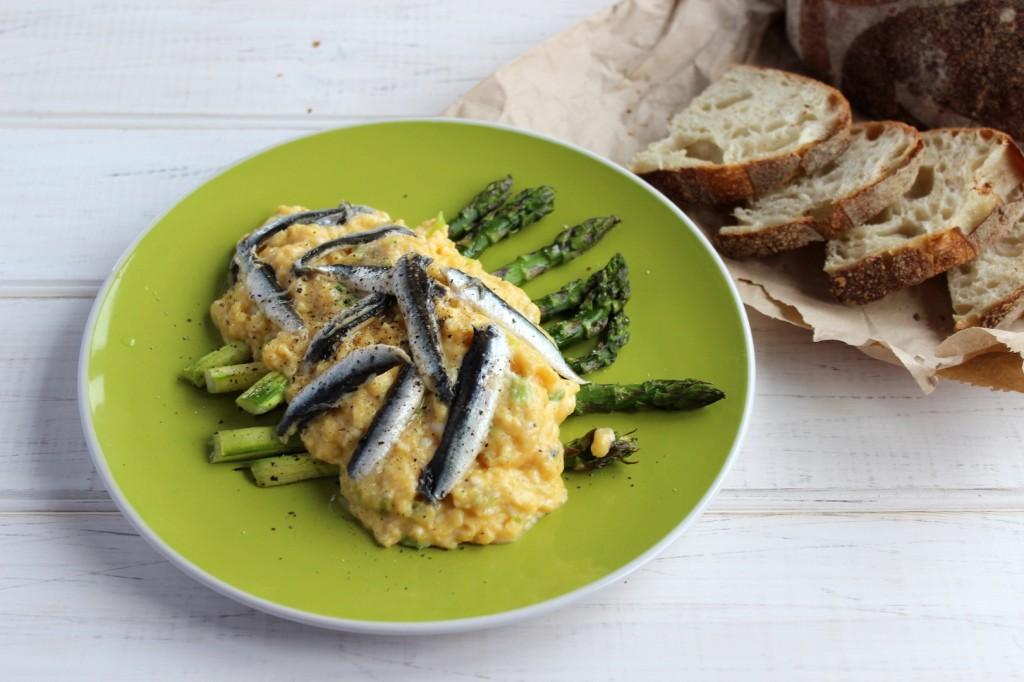 Jajecznica z marynowanymi anchois 1