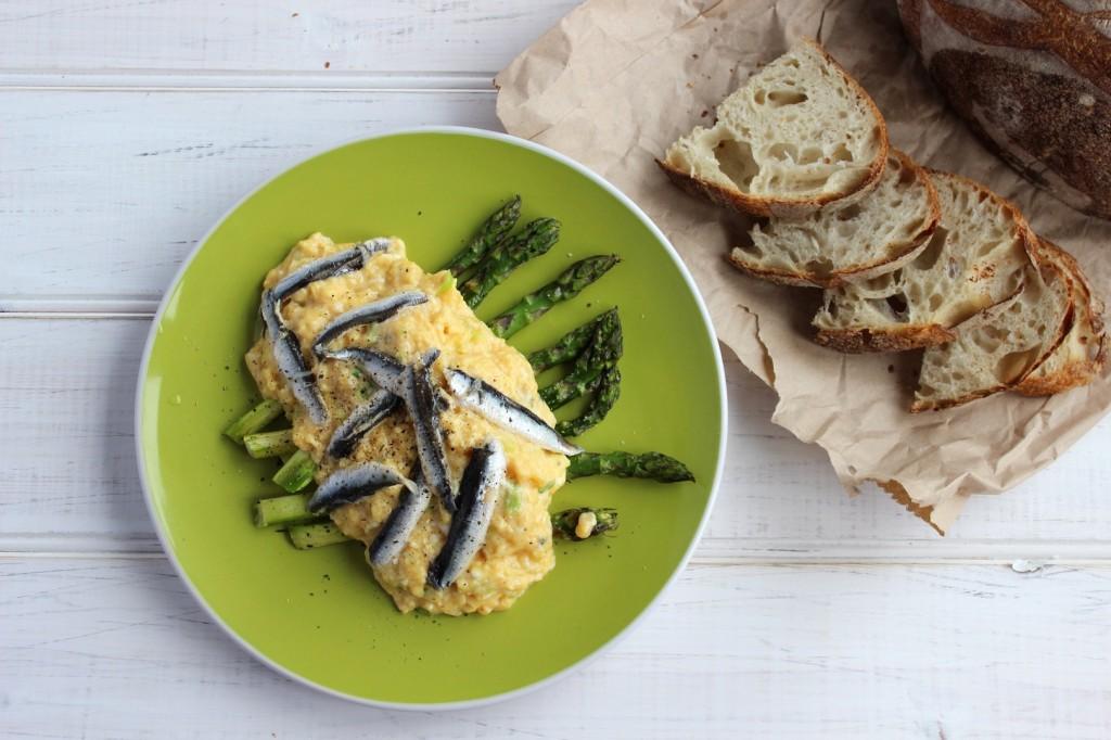 Jajecznica z marynowanymi anchois 2