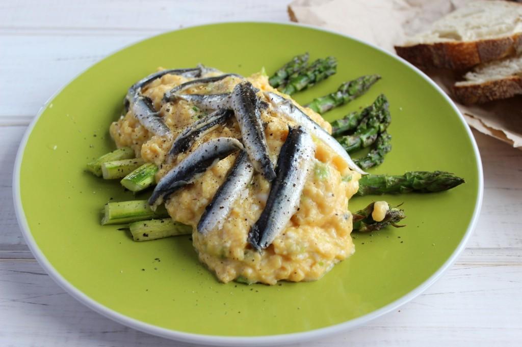 Jajecznica z marynowanymi anchois 3