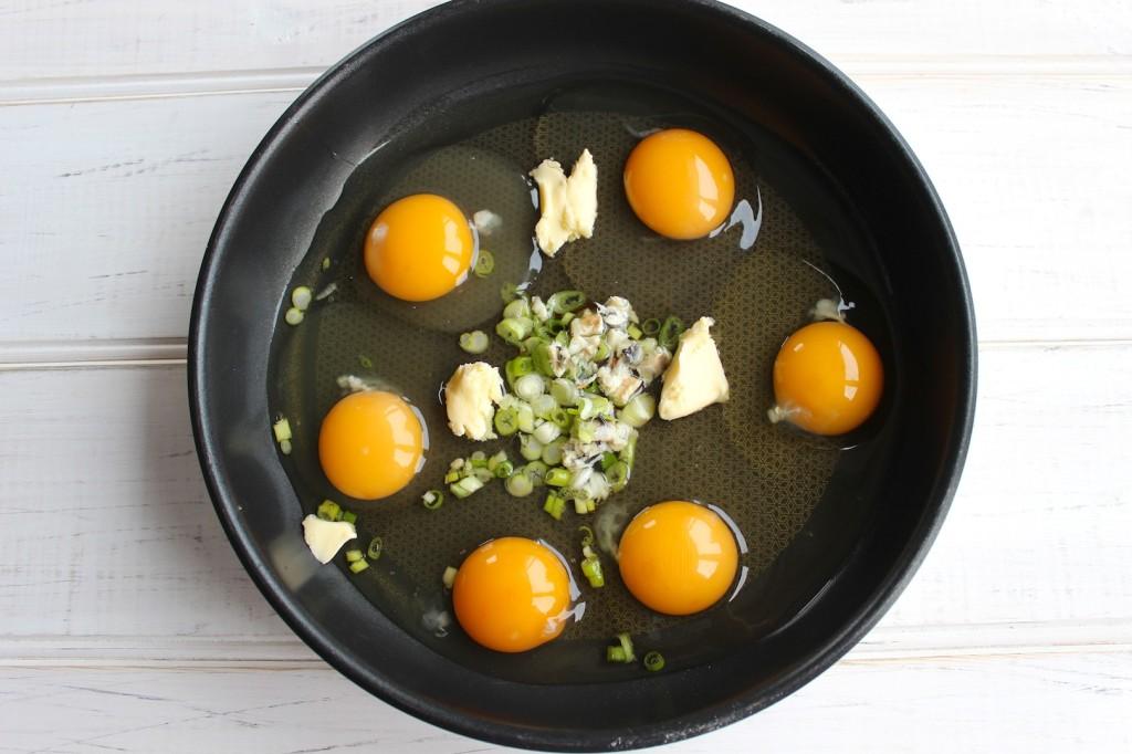 Jajecznica z marynowanymi anchois 4