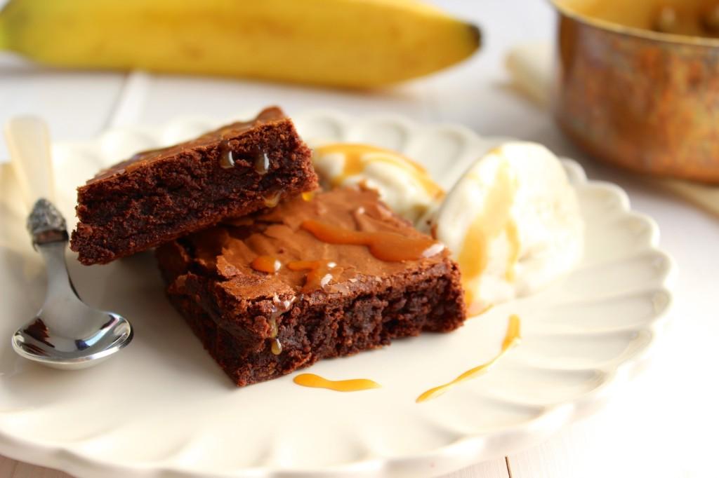 Brownie z lodami bananowymi i sosem karmelowym 1