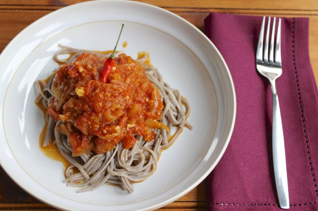 Makaron sobą z sosem pomidorowym 1