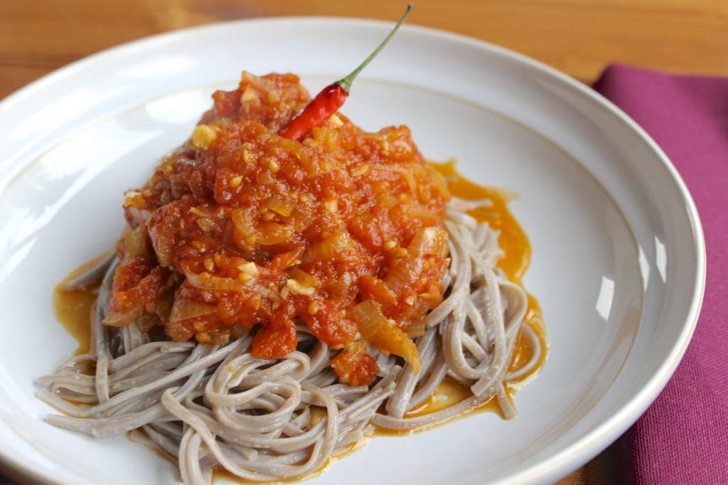 Makaron sobą z sosem pomidorowym 2