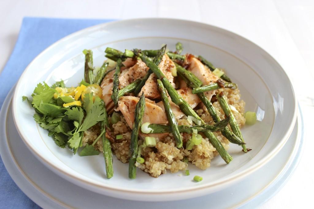 Sałatka z komosy ryżowej, łososia i szparagów  1