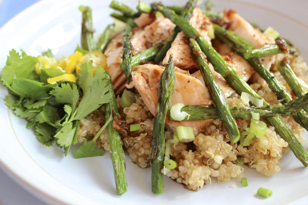 Sałatka z komosy ryżowej, łososia i szparagów  2