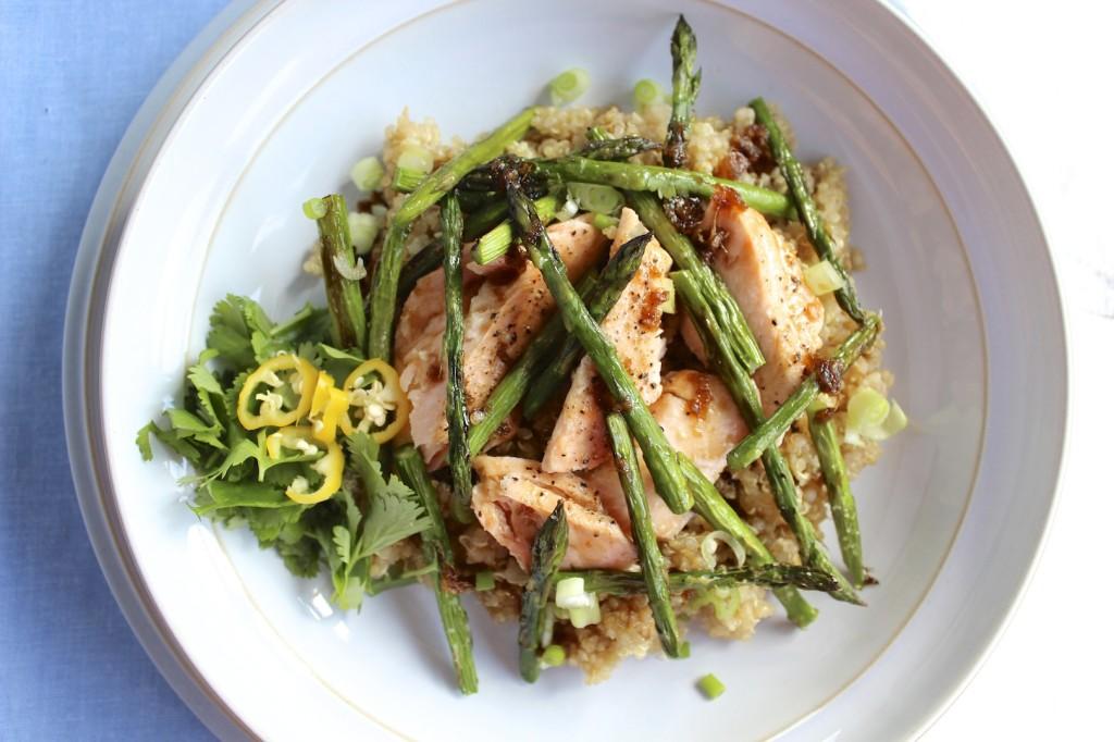 Sałatka z komosy ryżowej, łososia i szparagów  3