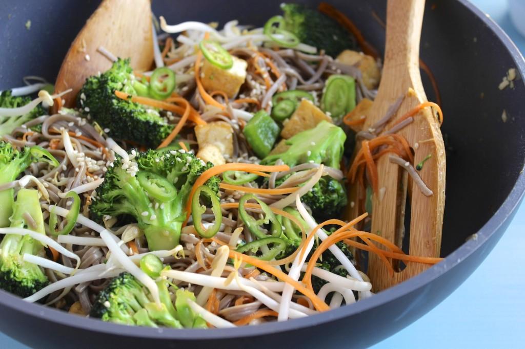 Soba z tofu i brokułami 1