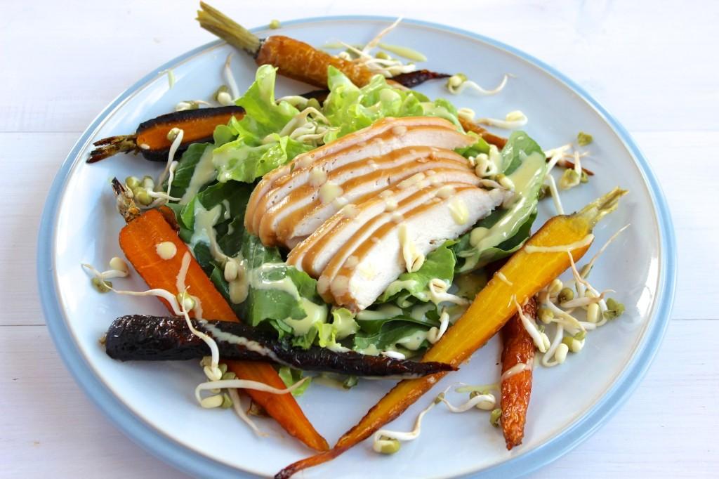 Sałatka z wędzonym kurczakiem i pieczona marchewką 1