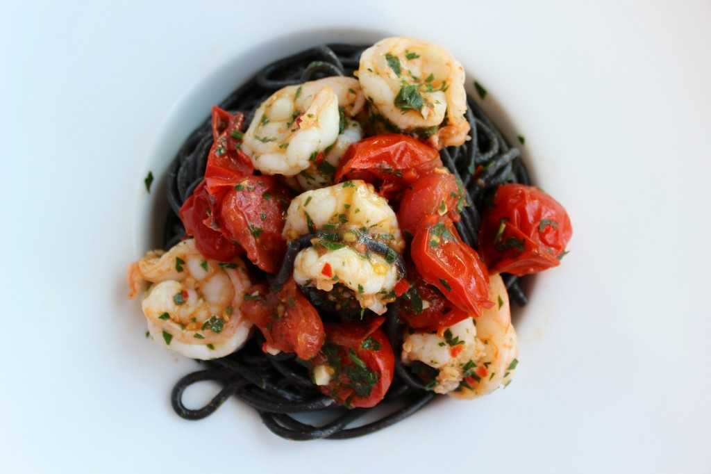 Spaghetti al nero di sepia z krewekami i pomidorkami cherry 4
