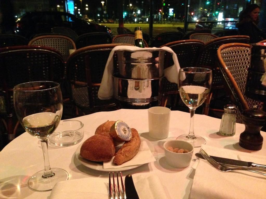 paris caf s and restaurants sense of taste. Black Bedroom Furniture Sets. Home Design Ideas