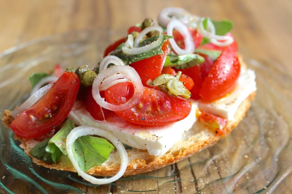Kanapka z fetą, pomidorkami cherry i bazylią 1