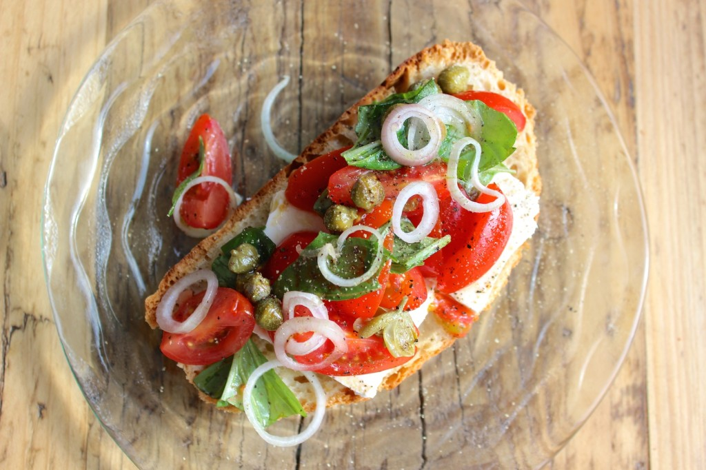 Kanapka z fetą, pomidorkami cherry i bazylią 2