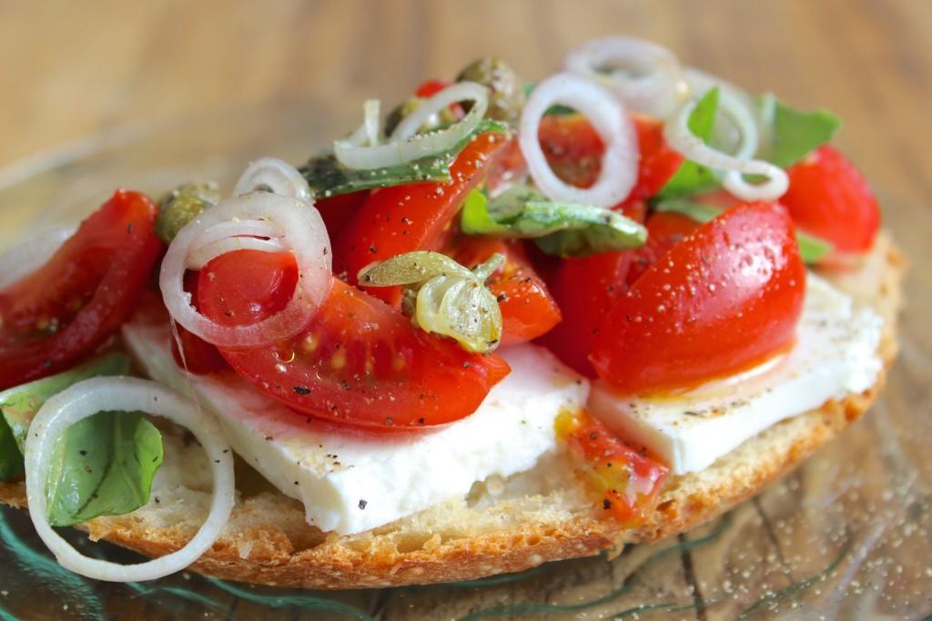Kanapka z fetą, pomidorkami cherry i bazylią 3