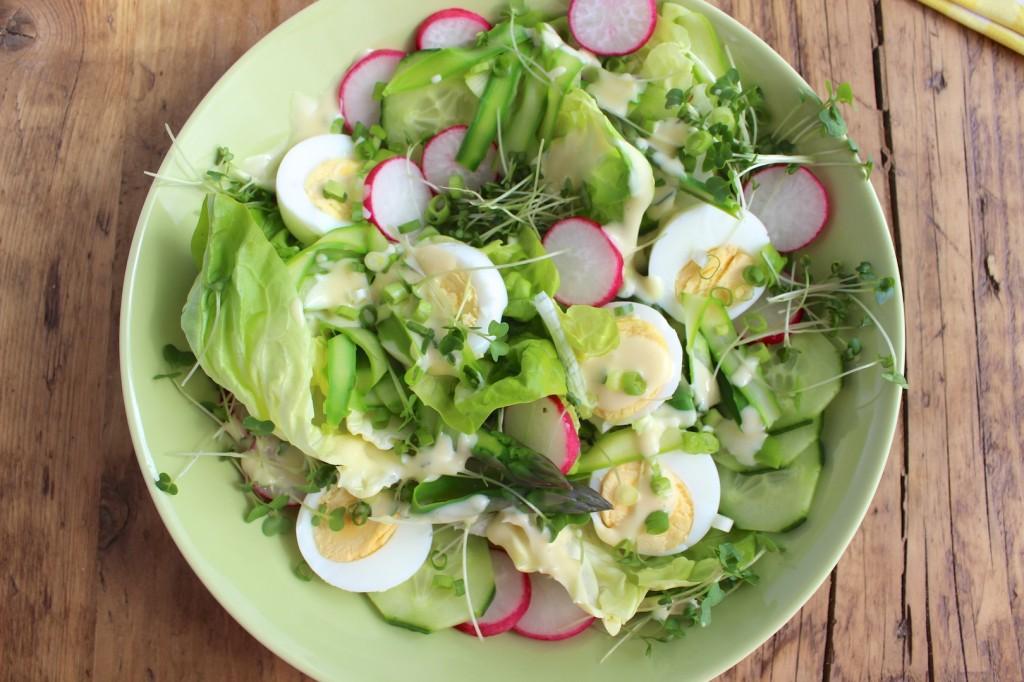 Sałatka z jajek z rzodkiewką i szparagami 1