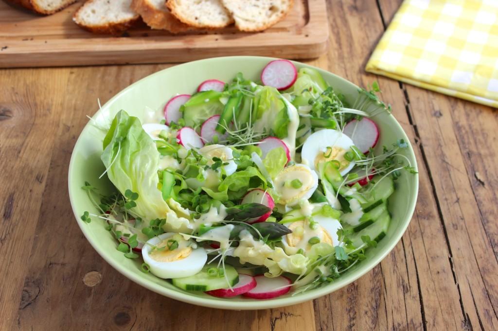 Sałatka z jajek z rzodkiewką i szparagami 2