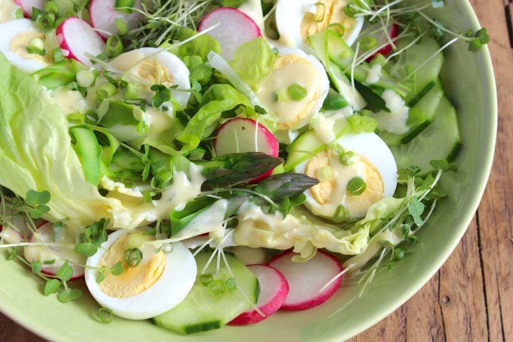 Sałatka z jajek z rzodkiewką i szparagami 3
