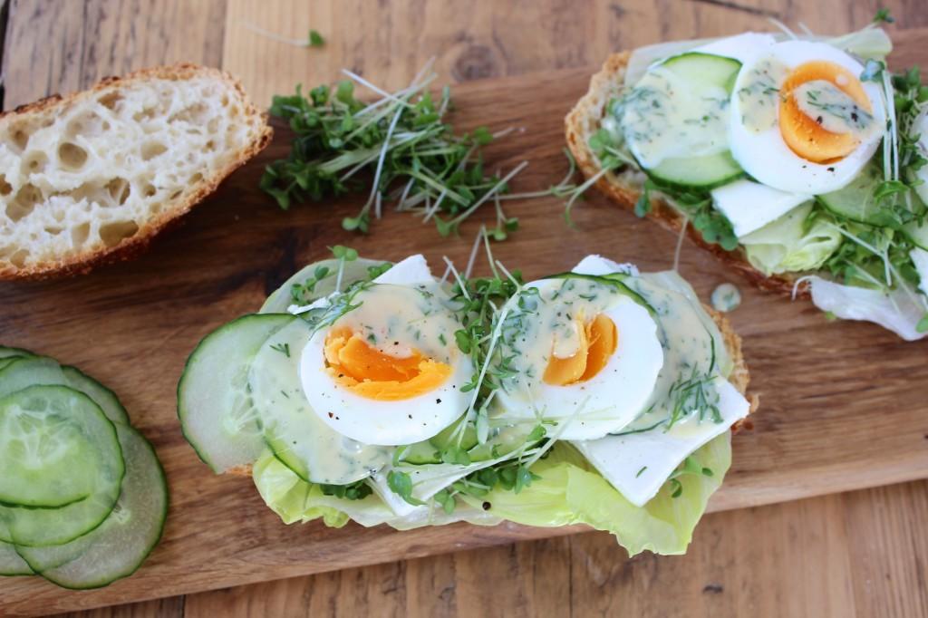Wiosenne kanapki z jajkiem i fetą 1