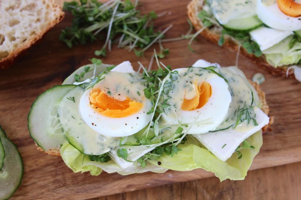 Wiosenne kanapki z jajkiem i fetą 2