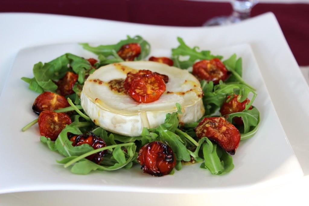 Sałatka z serem kozim i pieczonymi pomidorkami 1