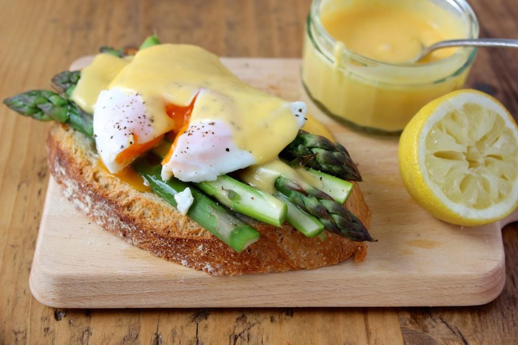Szparagi z jajkiem i sosem holenderskim na pieczywie 1
