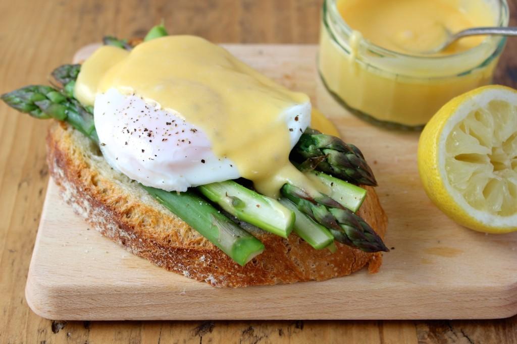 Szparagi z jajkiem i sosem holenderskim na pieczywie 2