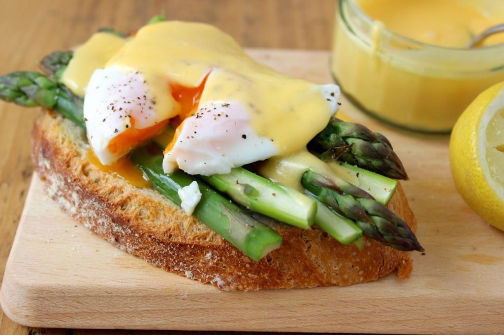 Szparagi z jajkiem i sosem holenderskim na pieczywie 3
