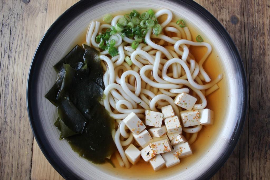 Zupa udon z tofu i szczypiorkiem 1