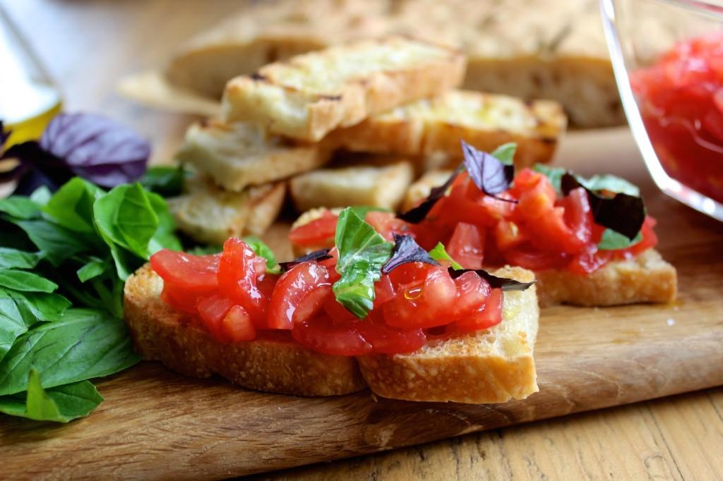 Bruscetta z pomidorami i bazylią 3
