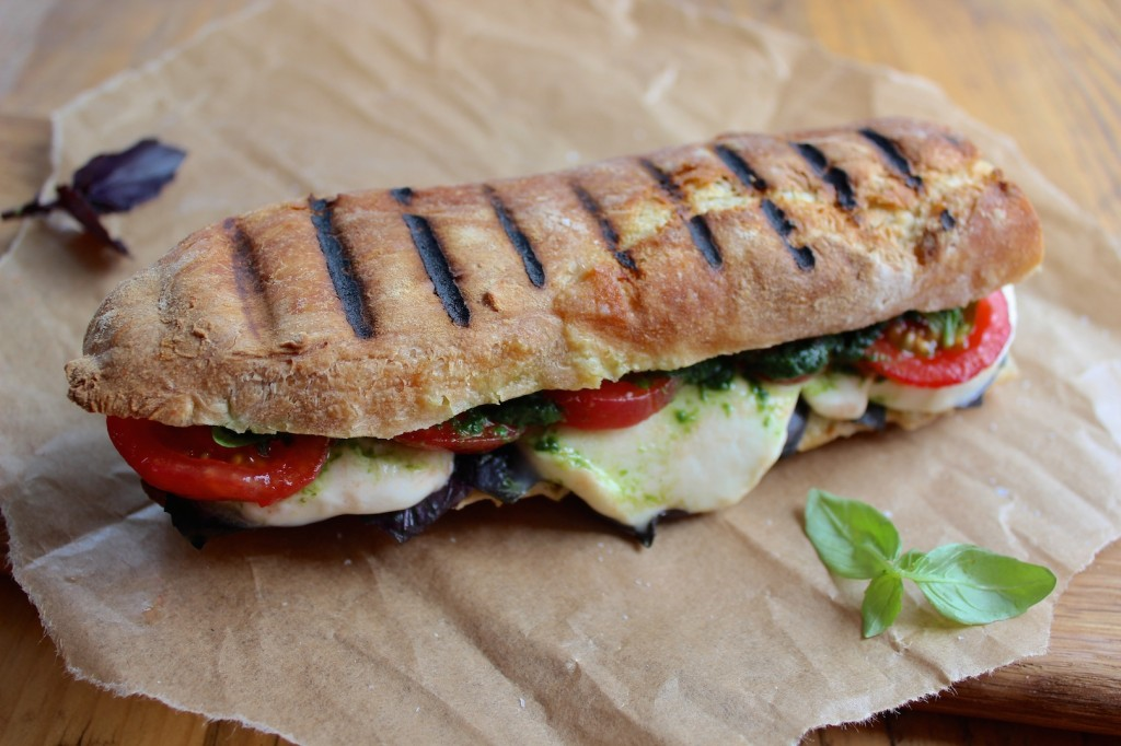 Caprese panini, z mozzarelą i pomidorami 2