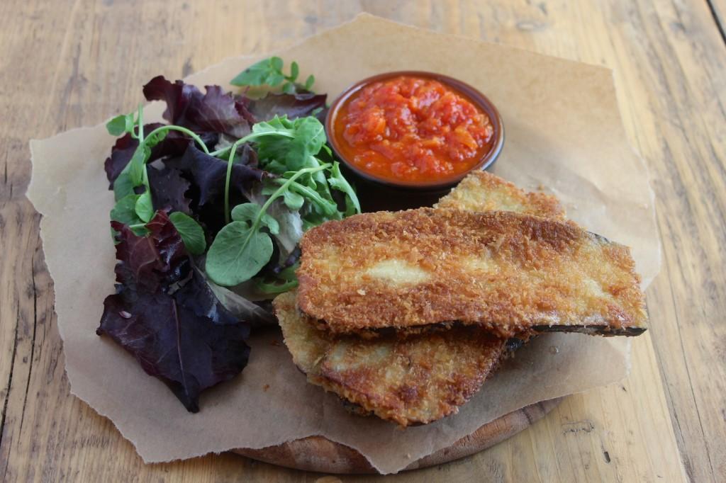Panierowany bakłażan z konfiturą z pomidorów 2
