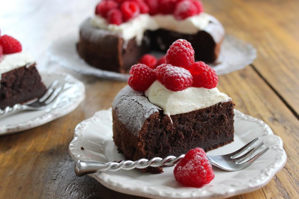 Ciasto czekoladowe z kremem i malinami 1