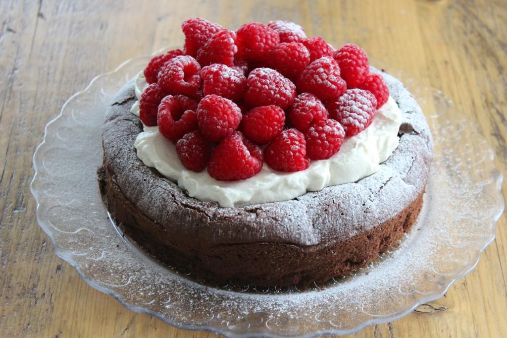Ciasto czekoladowe z kremem i malinami 2