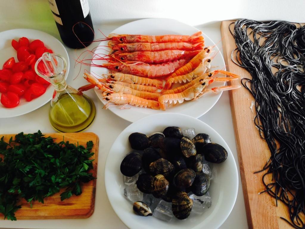 Domowy czarny makaron z owocami morza 3