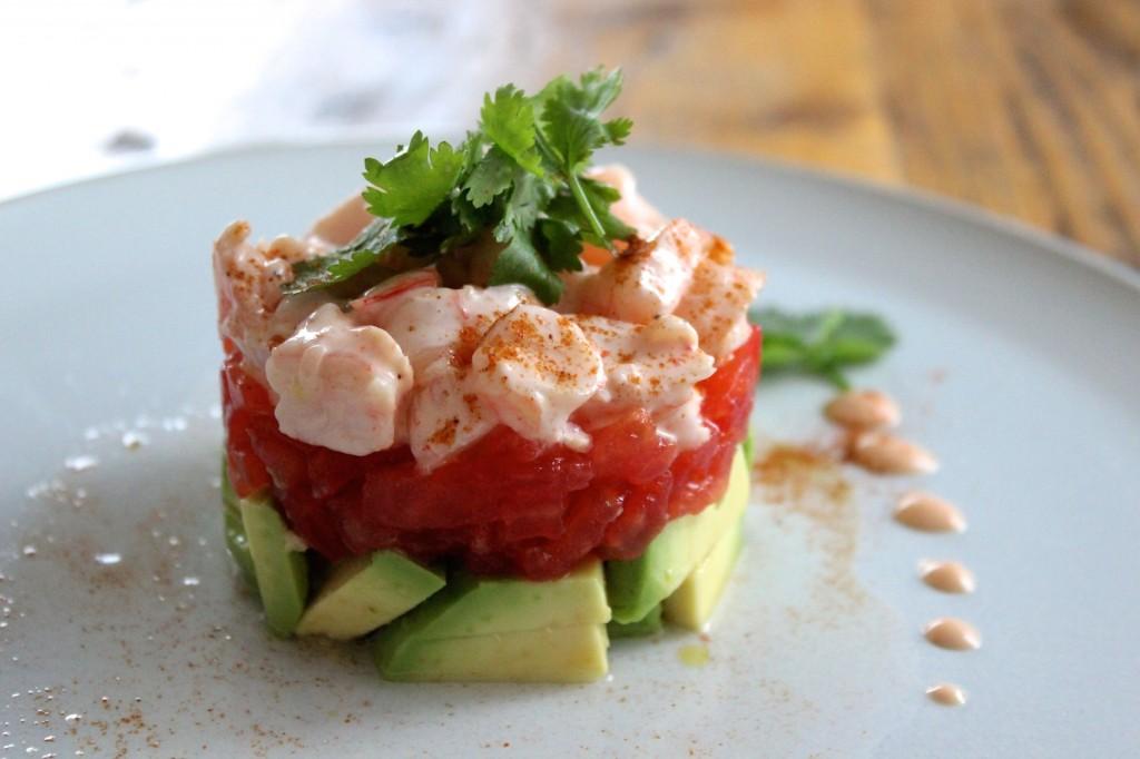 Piramidka z awokado, krewetek i pomidorów 1