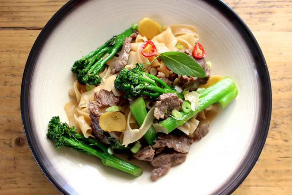 Tajski makaron z wołowiną i brokułami 1