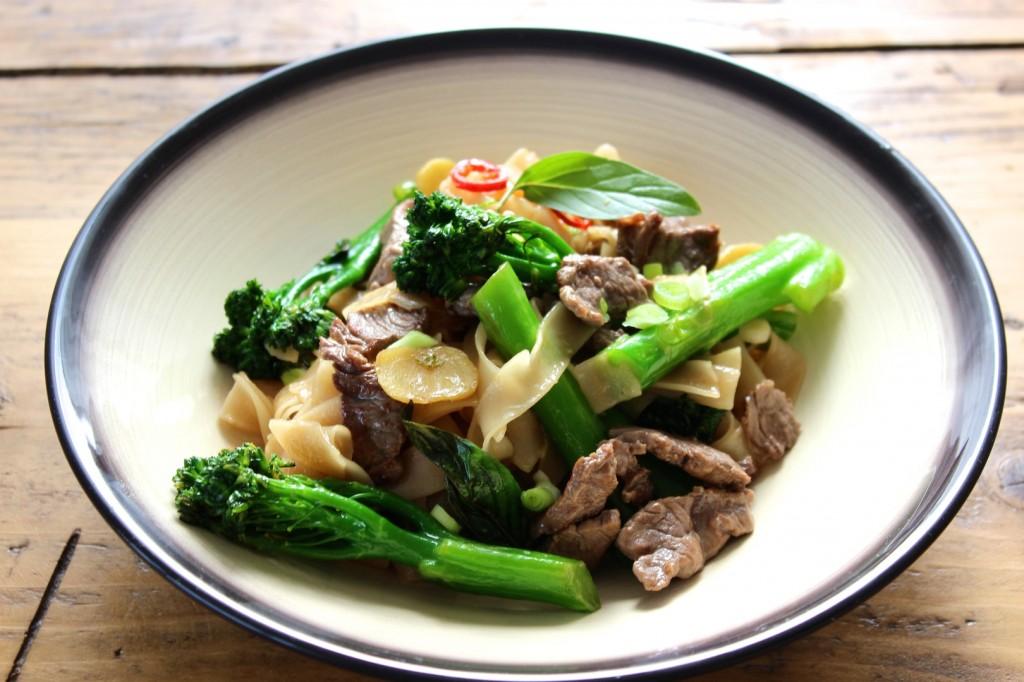 Tajski makaron z wołowiną i brokułami 2