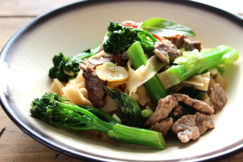 Tajski makaron z wołowiną i brokułami 3