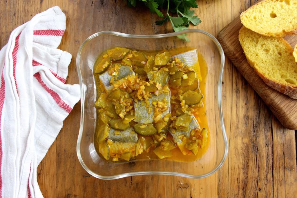 Śledzie z curry i ogórkiem kiszonym 1