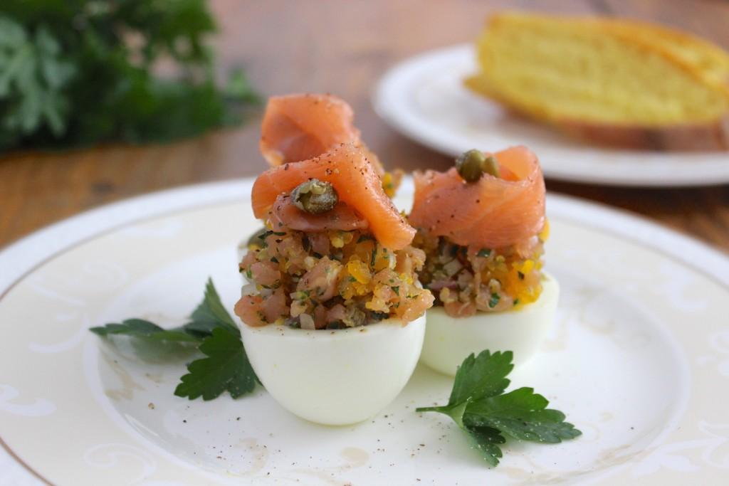 Jajka nadziewane tatarem z wędzonego łososia 1
