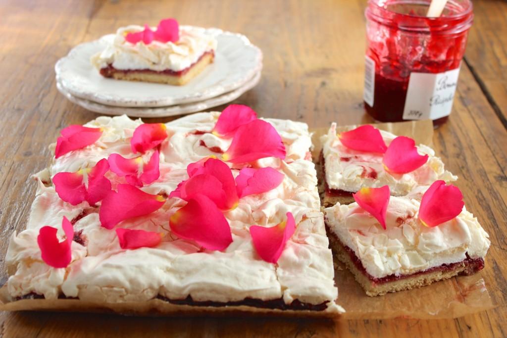 Mazurek malinowy z bezą różaną 1